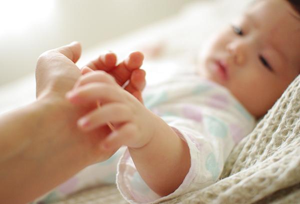 赤ちゃんと手を繋ぐ