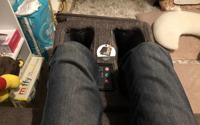 マッサージスツールで足のマッサージ