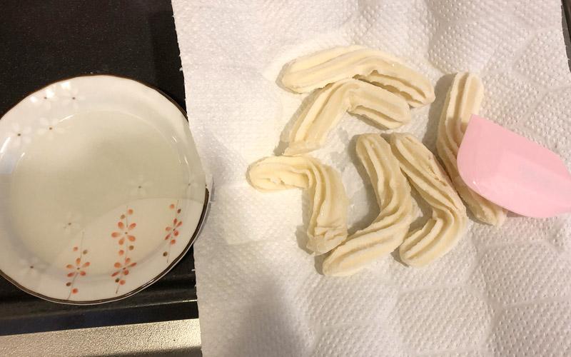 チュロスに油をハケで薄く塗る