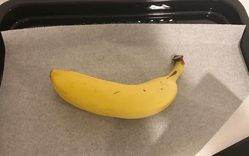 バナナをクッキングシートの上に乗せる